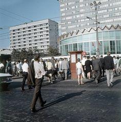 Tłum na skrzyżowaniu Marszałkowskiej z Alejami Jerozolimskimi. Jeszcze bez ronda i bez przejścia podziemnego. Za to już z budynkami rotundy PKO i biurowca Universalu.