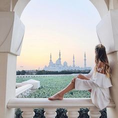 The dreamiest place to catch the sunset at Sheik Zayed Mosque... Find lots of new pictures and my favorite spots in my new Abu Dhabi post (link in bio). ✨  #InAbuDhabi #RCMemories @ritzcarlton @visitabudhabi #ad #freepeople