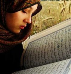 Wanita Muslimah Baca Al-Quran