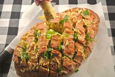 Gevuld snackbrood met bosui | Lekker en Simpel