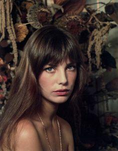 """イギリス・ロンドン生まれの歌手、女優""""ジェーンバーキン""""。60~70年代を中心に多くの作品に出演し、今もなお活躍し続ける彼女は、多くの人に愛される世界有数の名女優です。"""