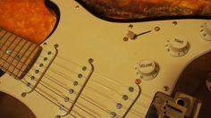 """薄くてわかりにくいですが(私もギターの梱包をするまで忘れていたほどです)が、ピックガードに、""""S-1スイッチ""""を示す矢印のステッカーの跡が薄く残っています。ボリューム・ノブに向かう少し白い部分です。他の写真でご覧になるとあまり目立たないことはお分かりになるとは思いますが、蛍光灯でわかりやすい写真で掲載しました。"""