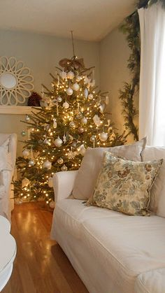 Beautiful Gold and white Christmas tree White Christmas Trees, Christmas Tree Themes, Merry Little Christmas, Noel Christmas, Beautiful Christmas, Winter Christmas, Green Christmas, Gold Christmas Decorations, Burlap Christmas