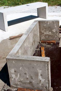 På begäran kommer här en liten beskrivning på hur jag gjorde betongbänken i inlägget nedan. Måtten på bänken är 120x35x37. Till den här s...
