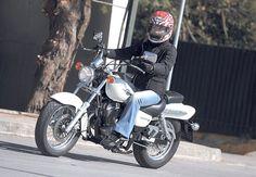 Αν πάντα λαχταρούσατε το χρώμιο και την πέρλα, τη χαμηλή θέση οδήγησης και τις χαλαρές βόλτες, τότε το Suzuki GZ125 Marauder θα ταιριάξει