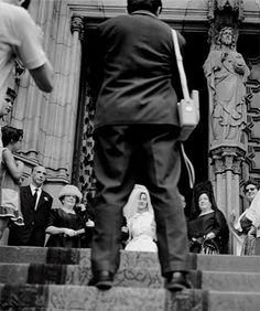 Fotógrafo de bodas. Catedral de Barcelona, 1961 / Wedding Photographer. Barcelona Cathedral, 1961 | La vida atrapada al vuelo - Eugeni Forcano