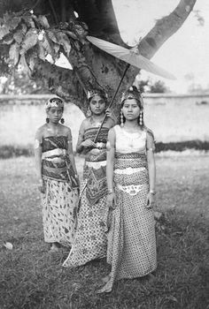 ∴ Trios ∴ the three graces, sisters, triplets & groups of 3 in art and vintage photos - Sundanese fashionistas