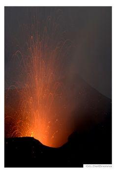 Voyage et séjour aux îles éoliennes avec les enfants - Voyage en famille : Iles Eoliennes (Italie) | Avec Mes Enfants Volcan Stromboli, Stromboli Volcano, Naples, Volcan Eruption, Rome, Voyage Europe, Celestial, Nature, Travel