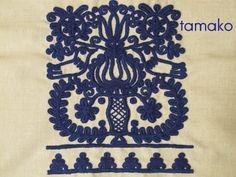 花びんと向かいあう小鳥のクッション Hungarian Embroidery, Folk, Stitch, Textile Patterns, Rugs, Romania, Chains, Fabric, Graphic Design