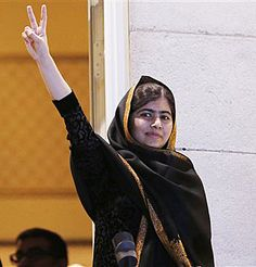 5 juin 2015 - Huit des dix hommes que la justice pakistanaise dit avoir condamnés en avril pour la tentative de meurtre contre la jeune Malala Yousafzai ont en fait été acquittés avant d'être libérés en douce dans les semaines qui ont suivi, révèle le Daily Mirror au terme d'une longue enquête. - Photo: Malala Yousafzai, au balcon du Grand Hotel d'Oslo, le jour où elle a reçu le Prix Nobel de la Paix.