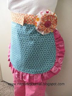 Fabulous apron for your little girl Sewing Hacks, Sewing Crafts, Sewing Projects, Sewing Tips, Fabric Crafts, Sewing Ideas, Crafts For Kids, Arts And Crafts, Sewing Aprons