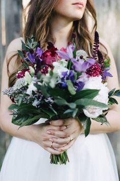 DIY Hochzeit auf Schloss Herzfelde | Friedatheres.com purple flower bouquet Fotos: Saskia Bauermeister Kleid: Kaviar Gauche Haare-Make Up: Juliane Grothe Anzug: Herr von Eden Florist: Blumenhaus Pilz