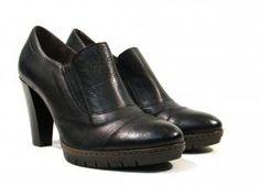 Zapatos de tacón con elásticos Wonders  Zapatos de tacón modelo M1732 de la marca española Wonders. Zapatos con elásticos laterales y tacón alto realizados en serraje marrón o piel negra. Plantillas memory gel. Altura de tacones 85 cms aproximadamente pequeña plataforma de goma muy flexible para mayor comodidad. Wonders Made in Spain. http://ift.tt/2goZ5sF