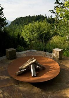 DIY fire pit designs ideas - Do you want to know how to build a DIY outdoor fire pit plans to warm your autumn and make s'mores? Find inspiring design ideas in this article. Garden Fire Pit, Diy Fire Pit, Fire Pit Backyard, Copper Fire Pit, Steel Fire Pit, Fire Pits, Corten Steel Garden, Landscape Design, Garden Design