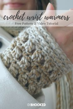 Quick and easy crochet wrist warmers. Click through for the free pattern and video tutorial! Crochet Wrist Warmers, Arm Warmers, All Free Crochet, Easy Crochet, Crochet Gifts, Fingerless Gloves, Free Pattern, Mittens