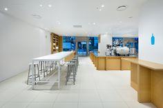 Imagen 1 de 12 de la galería de Café Botella Azul / Schemata Architects. Fotografía de Takumi Ota http://www.plataformaarquitectura.cl/cl/787040/cafe-botella-azul-schemata-architects/5721b4f4e58ece0797000005-blue-bottle-coffee-shinjuku-cafe-schemata-architects-photo