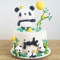 Fofura de bolo no tema Panda! Panda Birthday Cake, Birthday Cake Girls, First Birthday Cakes, Bolo Panda, Panda Baby Showers, Panda Cakes, Panda Party, Beautiful Birthday Cakes, Animal Cakes