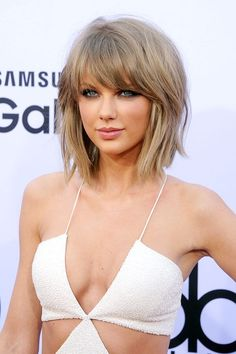 Before scooping up her plethora of awards for the night, Taylor Swift took to the red carpet with her signature smoky eye and sexy shag.