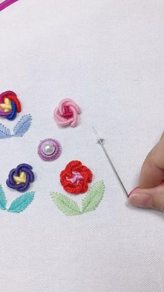 Simple Embroidery Designs, Hand Embroidery Tutorial, Hand Embroidery Flowers, Embroidery Flowers Pattern, Creative Embroidery, Hand Embroidery Stitches, Embroidery Techniques, Ribbon Embroidery, Handkerchief Embroidery