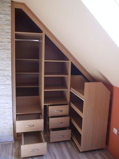 Armario bajo escalera google search escaleras for Closet con escalera