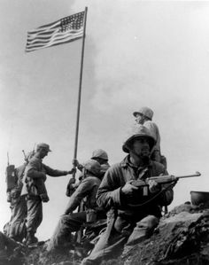 This vintage photo features the first American flag raising during the Battle Of Iwo Jima on Mount Suribachi. Celebrate WWII History with this digitally restored vintage poster from The War Is Hell Store. Us Marines, Iwo Jima Flag Raisers, Batalha De Iwo Jima, First American Flag, Battle Of Iwo Jima, Military History, Military Photos, Military Cards, Black And White