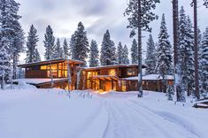 This mountain modern home features a family friendly open layout by Ward-Young Architecture & Planning, located in Martis Camp, Lake Tahoe, California. Modern Lake House, Modern Mountain Home, Mountain Homes, Modern House Design, Modern Cottage, New York Loft, Modern Rustic Homes, Modern Farmhouse, Farmhouse Interior