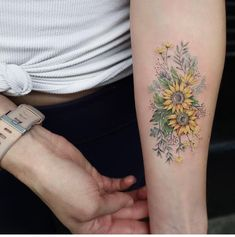 Sunflower Tattoos for Women - Ideas and Designs for Girls - With this delightful arm tattoo, you will never fail to look at the brighter side of things. Sunflower Tattoo Simple, Sunflower Tattoo Shoulder, Sunflower Tattoos, Sunflower Tattoo Design, Shoulder Tattoo, Flower Tattoo Designs, Tattoo Flowers, Finger Tattoos, Body Art Tattoos