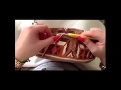 Técnica de fio conduzido - Bolsa Wayuu - YouTube Filet Crochet, Crochet Stitches, Knit Crochet, Crochet Handbags, Crochet Purses, Macrame Patterns, Sewing Patterns, Mochila Crochet, Knit Rug