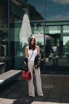 More on www.fashiioncarpet.com Bomberjacke mit Leoprint, Bomber Jacke, Oversize Jacke, Tank Top, Jogginghose aus Wolle, Wildledertasche, Clavi Cut, Nina Schwichtenberg, Berlin Fashion Week, Streetstyle