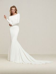 Drana gown from the 2018 Pronovias collection, as seen on Bride.Canada Drana gown from the 2018 Pronovias collection, as seen on Bride. Minimal Wedding Dress, Plain Wedding Dress, Long Sleeve Wedding, Bridal Wedding Dresses, White Wedding Dresses, Wedding Dress Styles, Pronovias Wedding Dress 2017, Boat Neck Wedding Dress, Wedding Veils