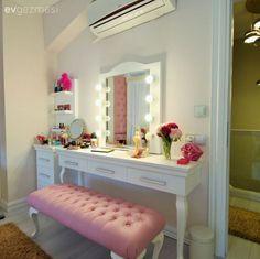 COMO CONVERTIR UN ESCRITORIO O MESA DE TRABAJO EN UN VANITY Hola Chicas!!! Les tengo una galeria de fotos de como usar una mesa de trabajo o escritorio como vanity (tocador) puedes pintarla del color que mejor vaya con la decoracion de tu dormitorio, agregarle un espejo, silla y accesorios para acomodar tu brochas y maquillaje, fotos, florero con las flores que más te gusten, etc. Espero que les gusten estas ideas ya sean para ti o para el dormitorio de tu hija.