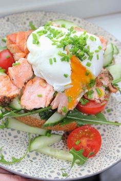 Sandwich with salmon and poached egg Norwegian Food, Poached Eggs, Sandwiches, Breakfast, Mad, Morning Coffee, Poached Egg