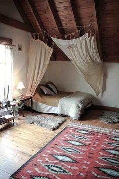 サンタフェ風インテリアでのベッド間仕切り例。ロープでファブリックを繋げているだけですが、インテリアイメージとマッチしています!