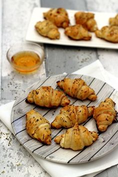 Croissants apéritifs au chèvre et miel - Julie Caron - Trend Ideas Cheese Appetizers, Best Appetizers, Appetizer Recipes, Clean Eating Snacks, Healthy Snacks, Healthy Recipes, Canapes Faciles, Cheese Croissant, Mini Croissants