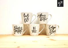 * Hand Lettering auf Tassen * Logotasse / Sprüchetasse / Tasse mit Zitat * Liebevoll gestaltete Kaffeetasse * Design auf Kaffeetasse * Tasse mit Botschaft Hakuna Matata, Diy Cup, Hand Lettering, Mugs, Carpe Diem, Tableware, Design, Draw, Coffee Cups