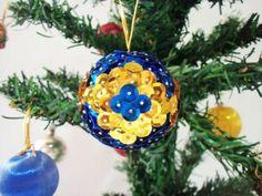 Faça você mesma seus enfeites de decoração da árvore de Natal: basta ter alfinetes e alguns punhados de lantejoulas. Simples, econômico e com um resultado muito especial!  Lantejoulas azuis e douradas[...