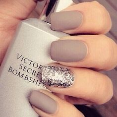 Glitter nails: Όλα τα σχέδια και χρώματα για εντυπωσιακά γιορτινά νύχια Glitter και ματ υφή, για έναν συνδυασμό τάσεων που παντρεύει την λάμψη με το «ήσυχο» αποτέλεσμα.  - See more at: http://www.missbloom.gr/beauty/beauty-tips-and-trends/24147/articles/49923/artimg/glitter-nails--ola-ta-sxedia-kai-xromata/article.aspx#gallery_an
