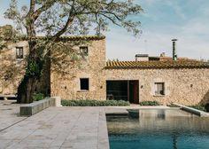 Échale un vistazo a este increíble alojamiento de Airbnb: Casa del Castillo de Peratallada - Casas en alquiler en Peratallada