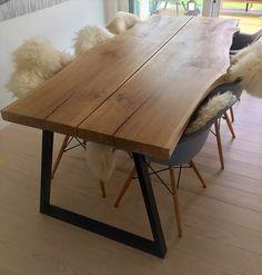 sorte bordben på egetræsplankebord Wood Crafts, Diy And Crafts, Plank Table, Dining Room, Dining Table, Other Rooms, My Dream Home, Sweet Home, New Homes