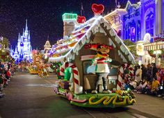 Must-read tips for visiting Walt Disney World at Christmas Disney World 2015, Disney World Christmas, Disney 2015, Disney World Planning, Walt Disney World Vacations, Disney Christmas Parade, Disney Resorts, Disney World Tips And Tricks, Disney Tips