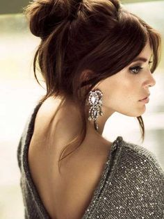 Love the big earrings with messy, upswept hair and a slouchy sweater. Hair looks soooo cute Holiday Hairstyles, Up Hairstyles, Pretty Hairstyles, Wedding Hairstyles, Brunette Hairstyles, Wedding Updo, Estilo Hippie, Corte Y Color, Holiday Fashion
