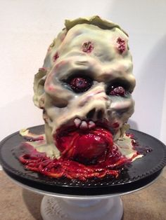 Zombie Head Zombie Head This cake was for a Walking Dead themed surprise birthday party. I do imagine the birthday girl was a bit surprised by this. Halloween Torte, Fete Halloween, Halloween Food For Party, Halloween Treats, Zombie Party, Halloween Zombie, Halloween Drinks, Halloween 2015, Gross Cakes