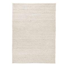 Unser Teppich Romo begeistert mit einem Mix aus natürlichem Wollfilz und Baumwolle, der von unseren Partnern in Indien sorgfältig in Leinwandbindung verwoben wird. Die Webung der zweifarbigen Wolle ergibt ein minimalistisch modernes Streifenmuster. Durch den Wollfilz erhält derTeppich eine erhabene Struktur und besonderen Charme.   Kombiniert mit einer rutschfesten Unterlage bleibt der Teppich an Ort und Stelle.