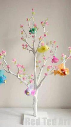 Árbol decorado con huevos. Manualidades Pascua para niños