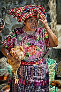 Vendeuse indigène de femme de Maya au marché de Chichicastenango au Guatemala Photo éditorial