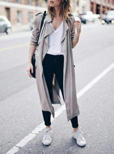 Белая футболка, серый тренч, джинсы скинни, сникеры. White t-shirt, skinny jeans, trench coat. Parisian chic.