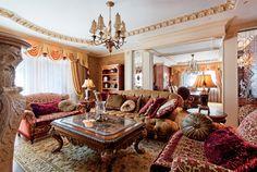Большие окна и прозрачные занавески делают гостиную светлой и просторной.