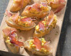 Pintxos aux oeufs brouillés, jambon cru, ciboulette et piment d'Espelette