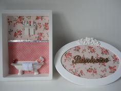 Quadro e Placa para Banheiro, com fundo em tecido 100% algodão, peças em resina e palavra em mdf. R$ 109,00