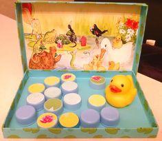 Эту игру я сделала дочке в ее год с хвостиком, на волне любви к мультику Five little ducks. https://www.youtube.com/watch?v=tFoUuFq3vHw А сейчас, в 2 г и 3 мес. мы отрабатываем умение считать до 5. Сюжет игры прост: мама-утка идет плавать со своими детками на пруд, а они (айяйяй!!!) спрятались от мамы - кто под листик...